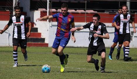 Un jugador del Soses s'escapa dels defensors del Benavent.