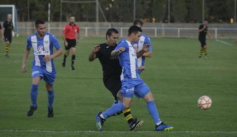 Un jugador del Vilanova pressiona un altre del Torregrossa en una acció del partit d'ahir.