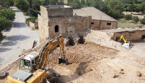 Durant la primera actuació s'han enderrocat diverses construccions superposades al molí.