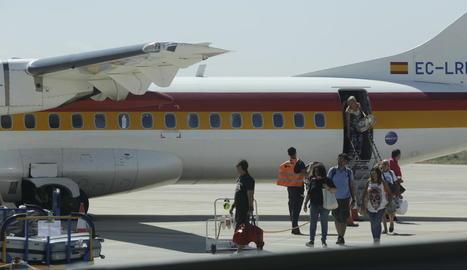 Passatgers dels últims viatges a Menorca i Eivissa que tanquen la temporada d'estiu.