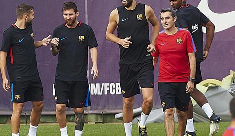 Messi, Jordi Alba i Piqué ahir durant l'entrenament.