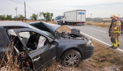 El camió va fer la tisora a la via i va bloquejar la circulació durant prop de tres hores.