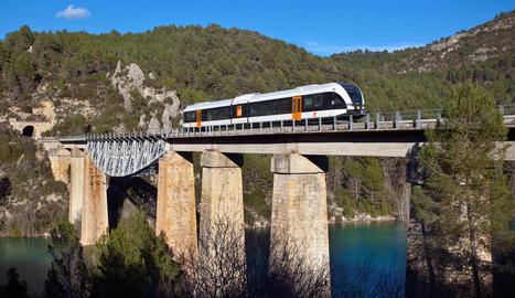 Imatge d'arxiu del tren de la Pobla creuant un pont.
