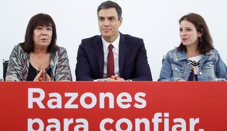 Pedro Sánchez, al costat de Cristina Narbona, a l'esquerra, i a Adriana Lastra.