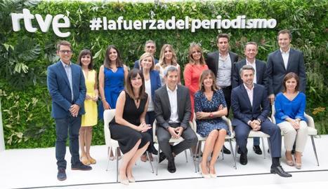 Foto de família dels informatius, amb Begoña Alegría.