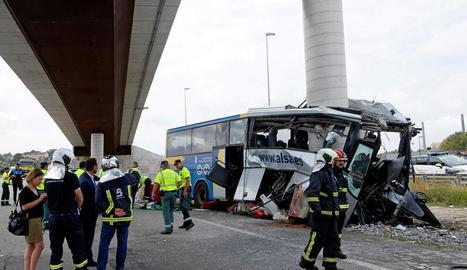 Efectius dels bombers, dels sanitaris i policies treballant al costat de l'autocar sinistrat prop d'un polígon d'Avilés.