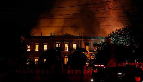 El Museu Nacional del Brasil a Rio de Janeiro durant l'incendi.