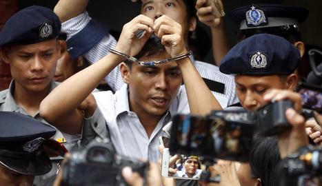 El periodista de Reuters Kyaw Soe Oo fora del tribunal de Rangun.