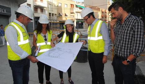 Cristina Clotet i Esther Gatnau, responsables del projecte, expliquen els detalls a l'alcalde i edils.