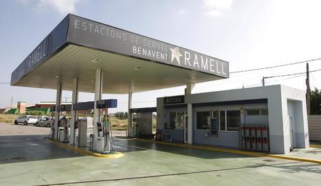Vista de la gasolinera on es va produir l'atracament dilluns a la nit a Benavent de Segrià.