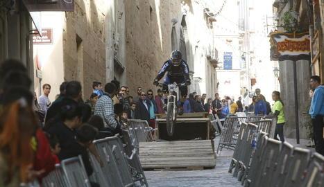 Un biker baixa pel carrer Cavallers durant una edició del Down Town.