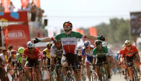 L'italià Viviani estén els braços per celebrar la victòria.