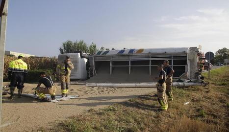 Vista dels Bombers que van treballar ahir en l'accident del camió en un accés a Balaguer.