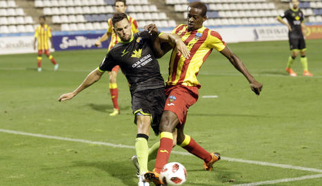 Mousa lluita una pilota amb un jugador del Terol, ahir al Camp d'Esports.