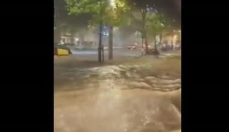 Pluges torrencials inunden carrers i el metro a Barcelona