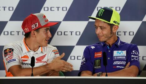 Màrquez, en el moment d'estendre la mà a Rossi, que no va voler donar-l'hi.