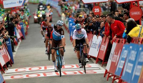 El francès Geniez alça el braç per celebrar el triomf d'etapa.