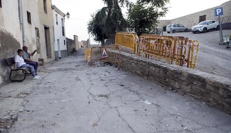 El tram en obres de la pujada del Castell de Cervera.