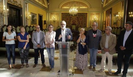 L'alcalde, Fèlix Larrosa, al centre, i tots els regidors del PSC que formen el govern local.