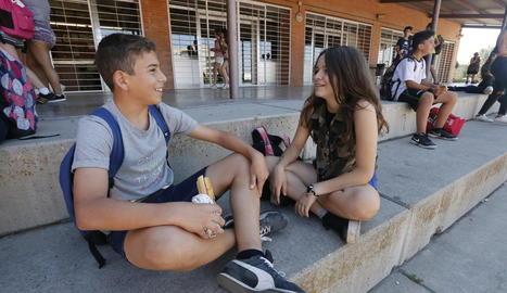 Alumnes sense mòbils a l'hora de l'esbarjo de l'institut Torre Vicens de Lleida.