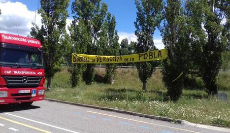Imatge d'arxiu d'una pancarta a la Pobla contra Josep Borrell el mes de juny passat.