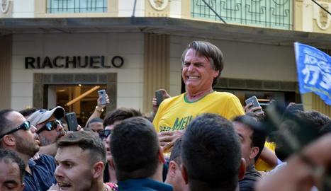 El diputat Jair Bolsonaro en el moment de l'atac.