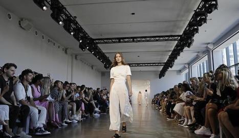 Una model llueix peces de Noon By Noor durant la desfilada a Nova York.