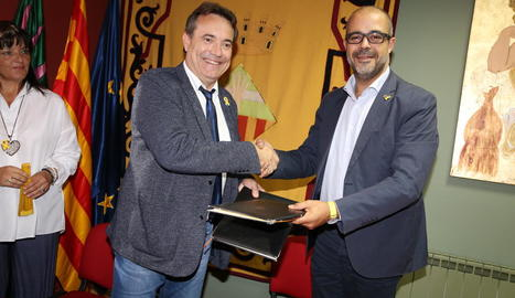 L'alcalde Josep Ibarz i el conseller, ahir durant la firma de l'acord.