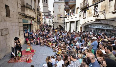 El centre de Tàrrega s'omple a vessar el cap de setmana de FiraTàrrega per poder gaudir de teatre per a tots els públics. A la imatge, el carrer del Carme ahir al migdia.