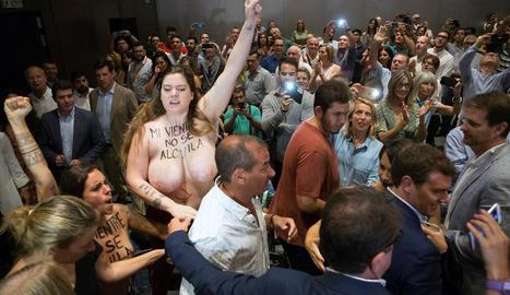Protesta de Femen - Dos activistes del moviment Femen van irrompre ahir en l'acte que Ciutadans va organitzar a Màlaga i en què participava el número 1 del partit, Albert Rivera (a la part dreta de la foto). Les dos dones es van manifestar en  ...