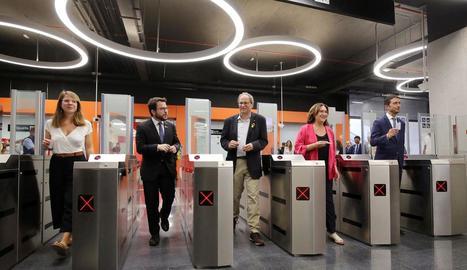 El líder del PP, Pablo Casado, acompanyat per la plana major de la seua formació, ahir a Barcelona.