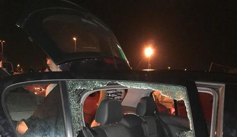 Vista dels danys en un dels vehicles forçats a Gardeny.