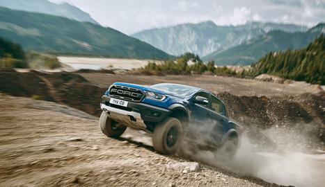 Està equipat amb una versió biturbo del motor dièsel EcoBlue de 2.0 litres de Ford amb 213 CV.
