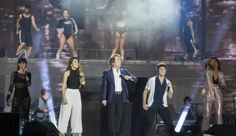 Raphael, amb els exconcursants d'OT, durant l'actuació.