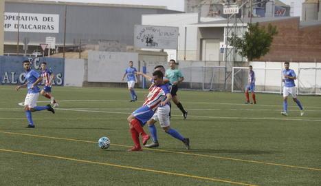 Un jugador de l'Agramunt intenta controlar l'esfèric davant la pressió d'un rival.