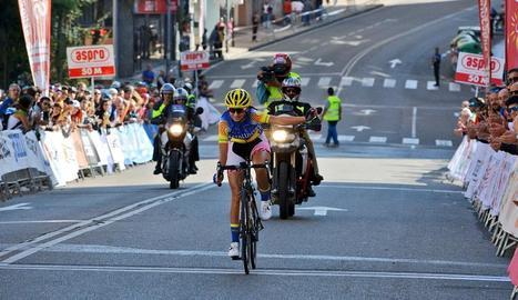 Maria Banlles, en el moment d'arribar en solitari a la meta com a vencedora.