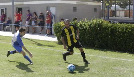 Un jugador de l'Artesa de Lleida intenta robar la pilota a un del Pardinyes