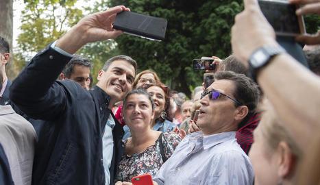 El president del Govern central, Pedro Sánchez, ahir, amb socialistes asturians a Oviedo.