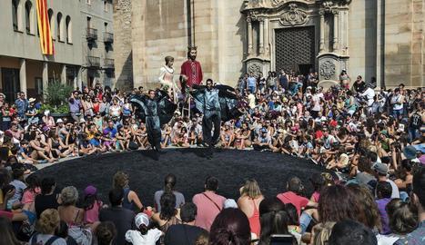 FiraTàrrega s'acomiada el dia de l'Aplec de Sant Eloi, amb els gegants a la plaça Major durant l'actuació d'Orbis.