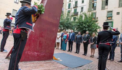 El presidente de la Generalitat, Quim Torra, y otros miembros del ejecutivo catalán, durante la ofrenda floral hoy en el Fossar de les Moreres, junto a una Guardia de honor de los Mossos d'Esquadra, con motivo de la Diada.