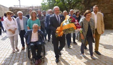 Reñé i representants dels grups de la Diputació, tret de CUP, PP i Cs, a l'ofrena ahir.