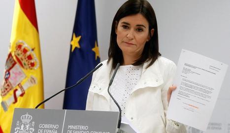 La ministra de Sanitat, Carmen Montón, exhibint documents del seu màster, ahir.