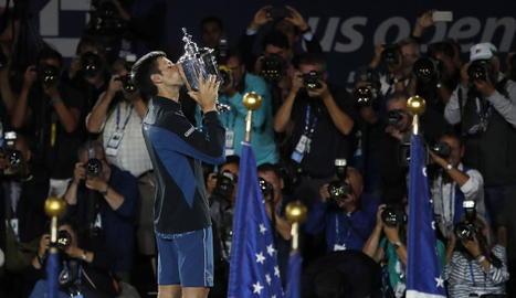 El jugador serbi aixeca el trofeu de l'Obert dels Estats Units que va guanyar davant de Del Potro.