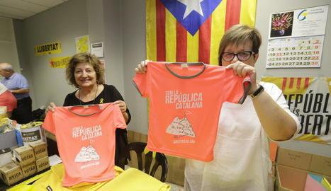 Les dos últimes samarretes que quedaven ahir a la tarda a la seu de l'ANC de Lleida.