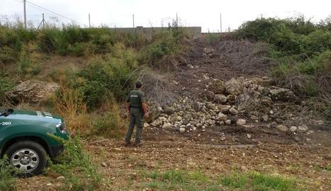 Els Agents Rurals inspeccionen la bassa de purins.