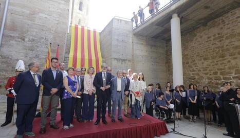 L'alcalde, Fèlix Larrosa, i el pregoner, Jaume Barrull, amb els regidors de Paeria que van assistir a l'acte de la Diada a la Seu Vella.