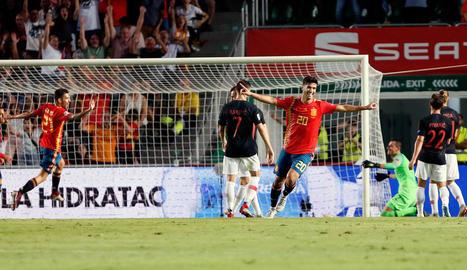 Ceballos i Isco intenten frenar el croat Luka Modric, company de vestidor al Madrid.