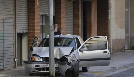 El turisme després de l'aparatós accident al carrer Josep Carner.
