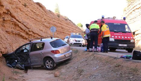 Imatge del cotxe accidentat ahir al quilòmetre 102 de la carretera C-12, al seu pas per Maials.