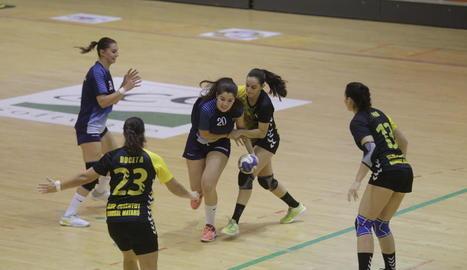 Victoria Alférez, de l'Associació Lleidatana, intenta superar una jugadora del Joventut de Mataró.